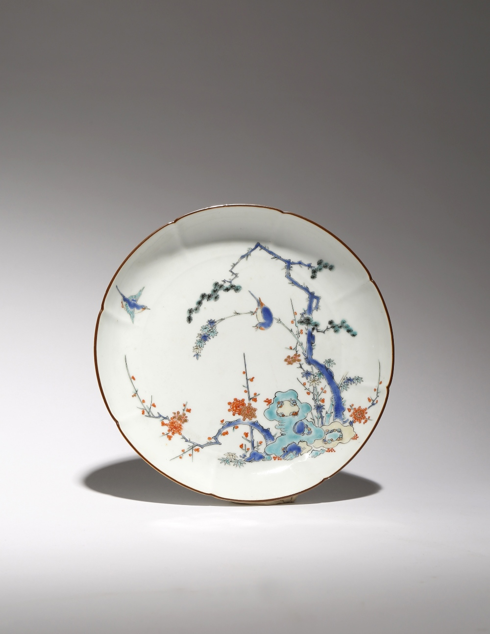 A JAPANESE KAKIEMON LOBED DISH EDO PERIOD, C.1700 The octofoil body with a typical brown rim and