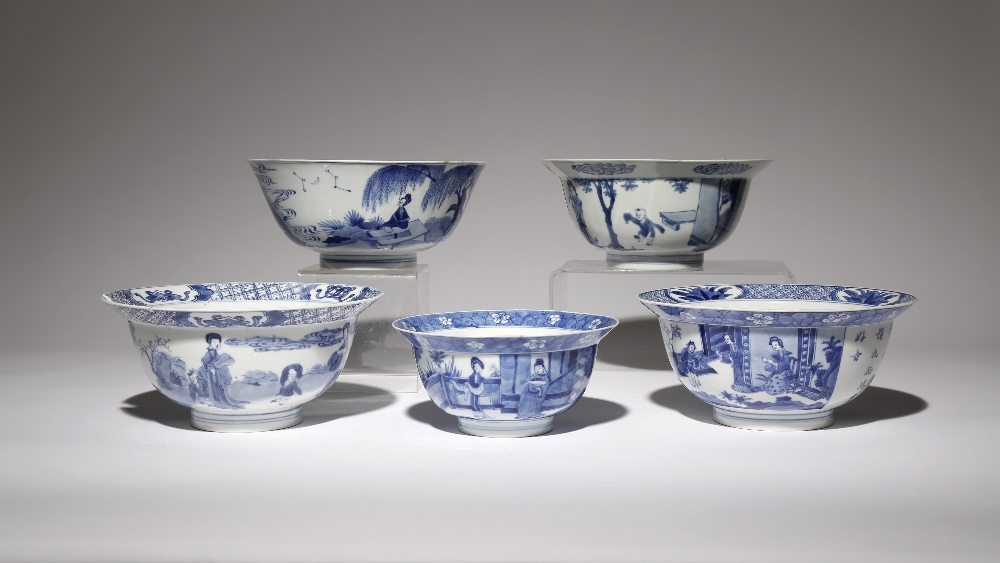 FIVE CHINESE BLUE AND WHITE BOWLS KANGXI 1662-1722 Painted with scenes of ladies, gentlemen and