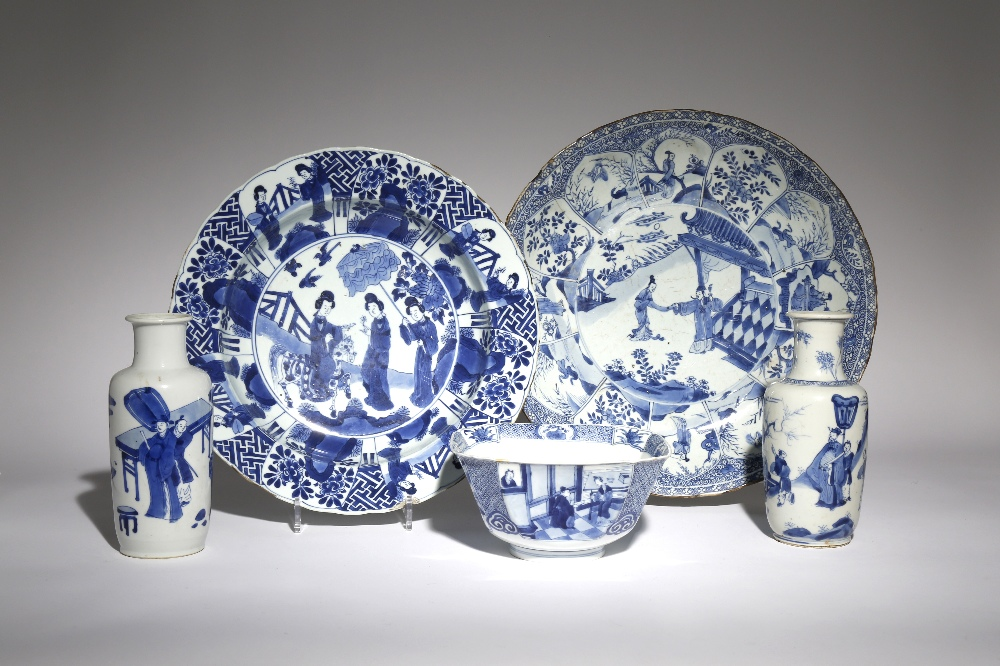 FIVE CHINESE BLUE AND WHITE ITEMS KANGXI 1662-1722 Comprising: a large dish painted with a scene