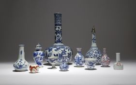 A SMALL COLLECTION OF CHINESE PORCELAIN ITEMS 17TH-19TH CENTURY Comprising: a blue and white