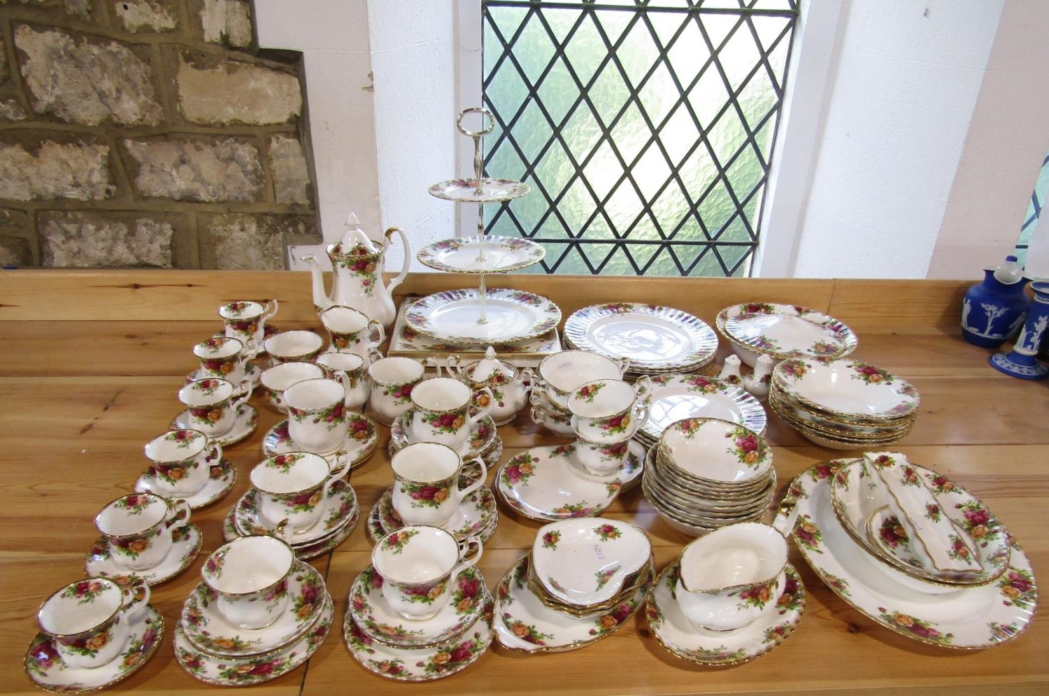 Extensive collection of Royal Albert Old Country Roses pattern wares including a three tier cake - Bild 2 aus 2