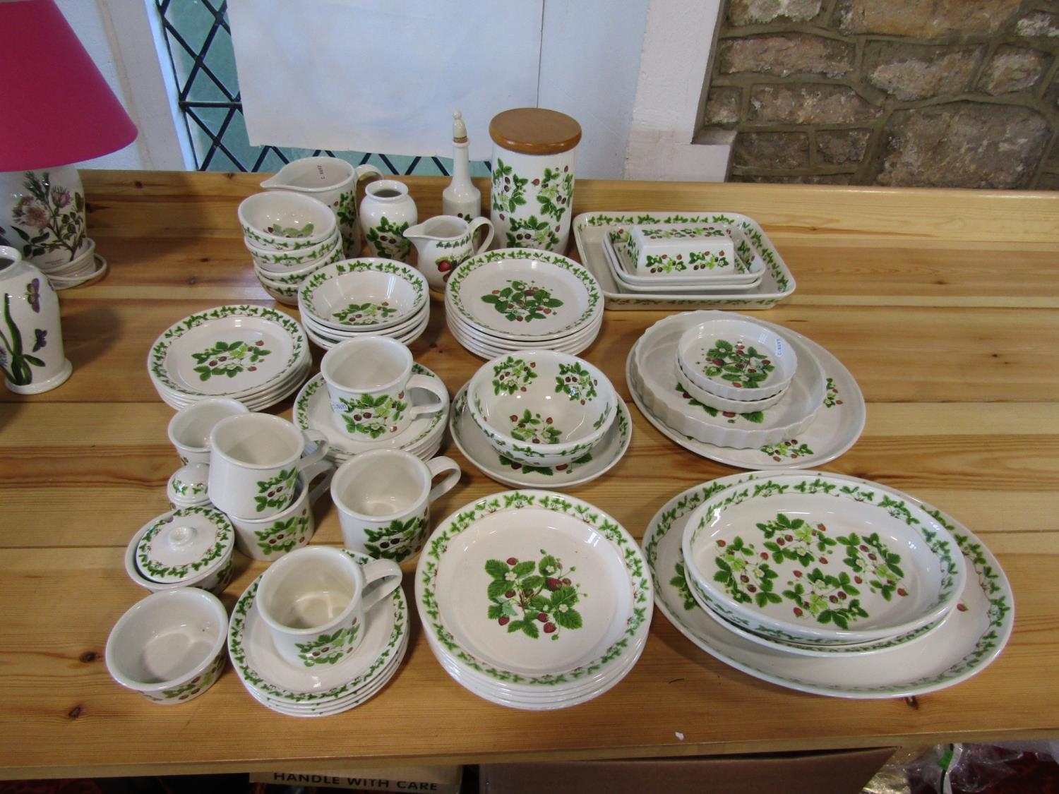 A quantity of Portmeirion Summer Strawberries pattern wares comprising oval serving dishes, - Bild 2 aus 2