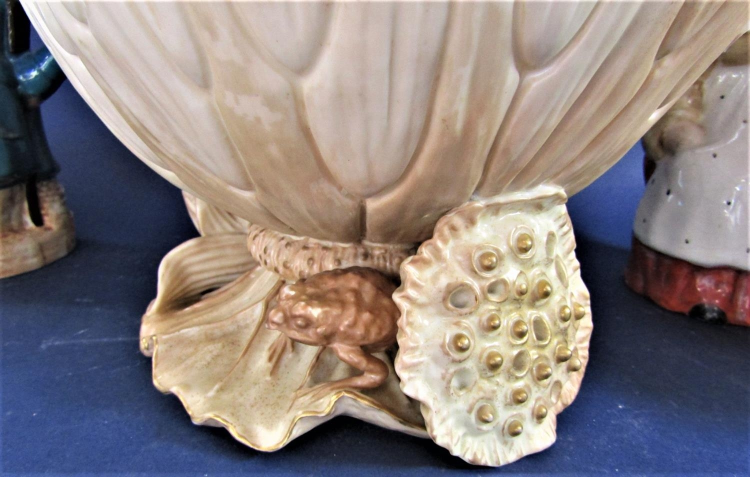 A large Royal Worcester bowl in the form of a waterlily with toad to base, with puce printed mark to - Bild 2 aus 4
