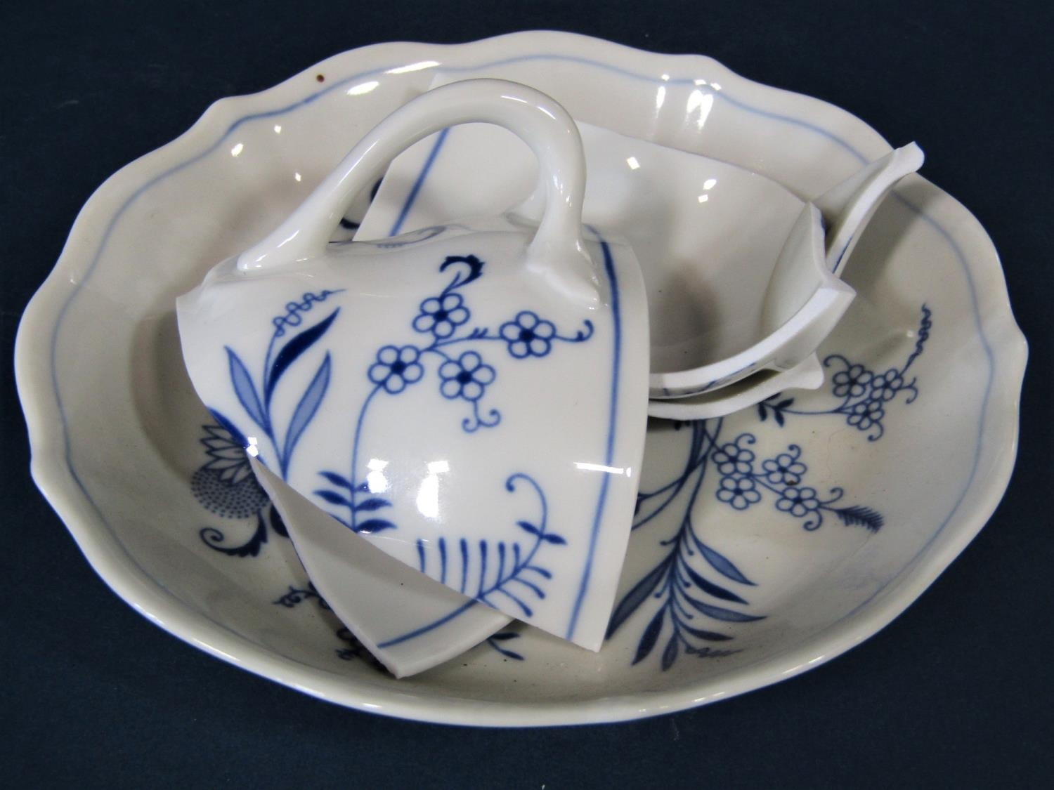 A quantity of German blue and white printed wares with stylised floral detail by Hutschenreuther, - Bild 3 aus 3