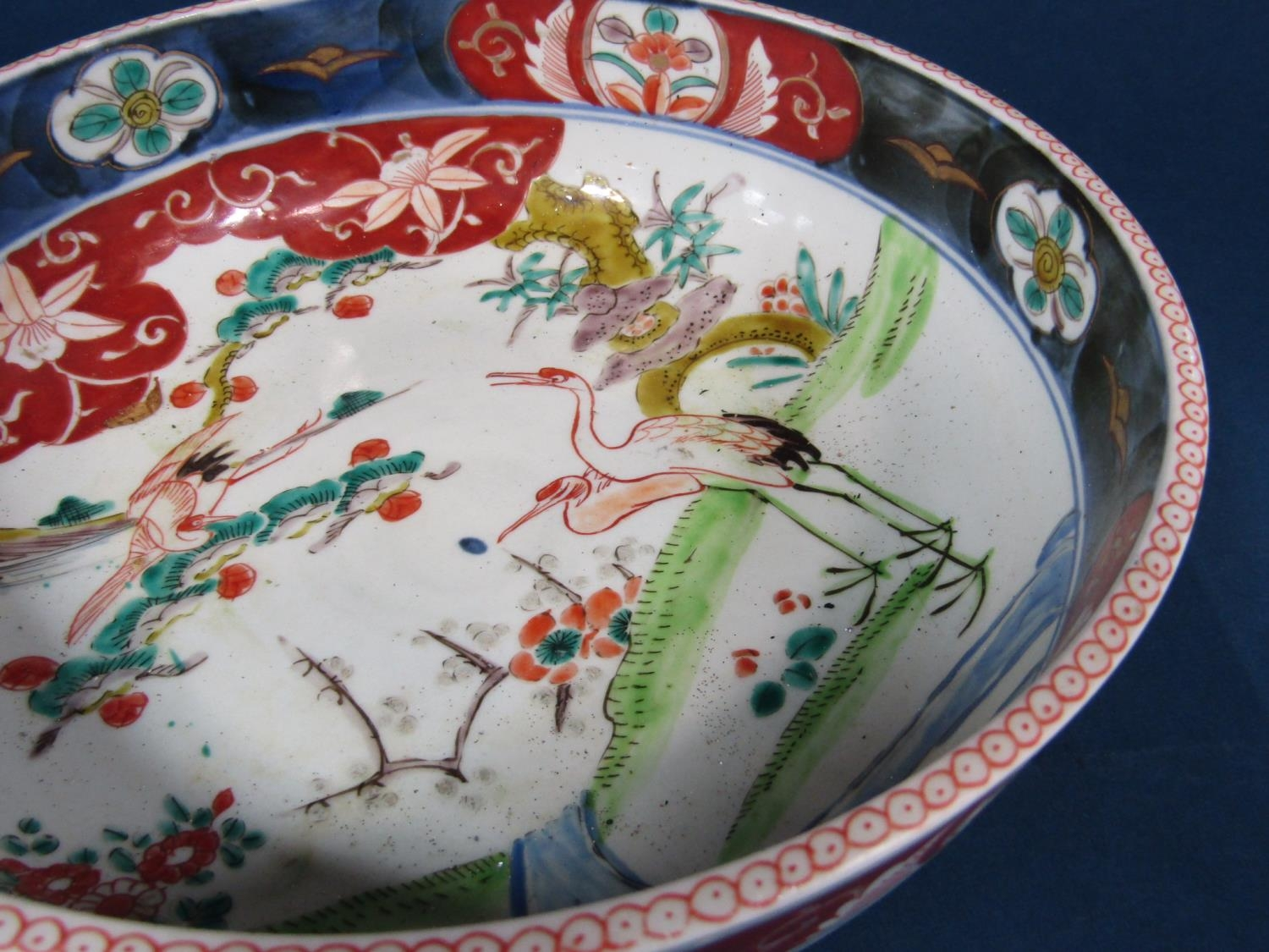 A good quality pair of late 19th century Japanese chargers in the Kutani manner with polychrome - Bild 2 aus 3