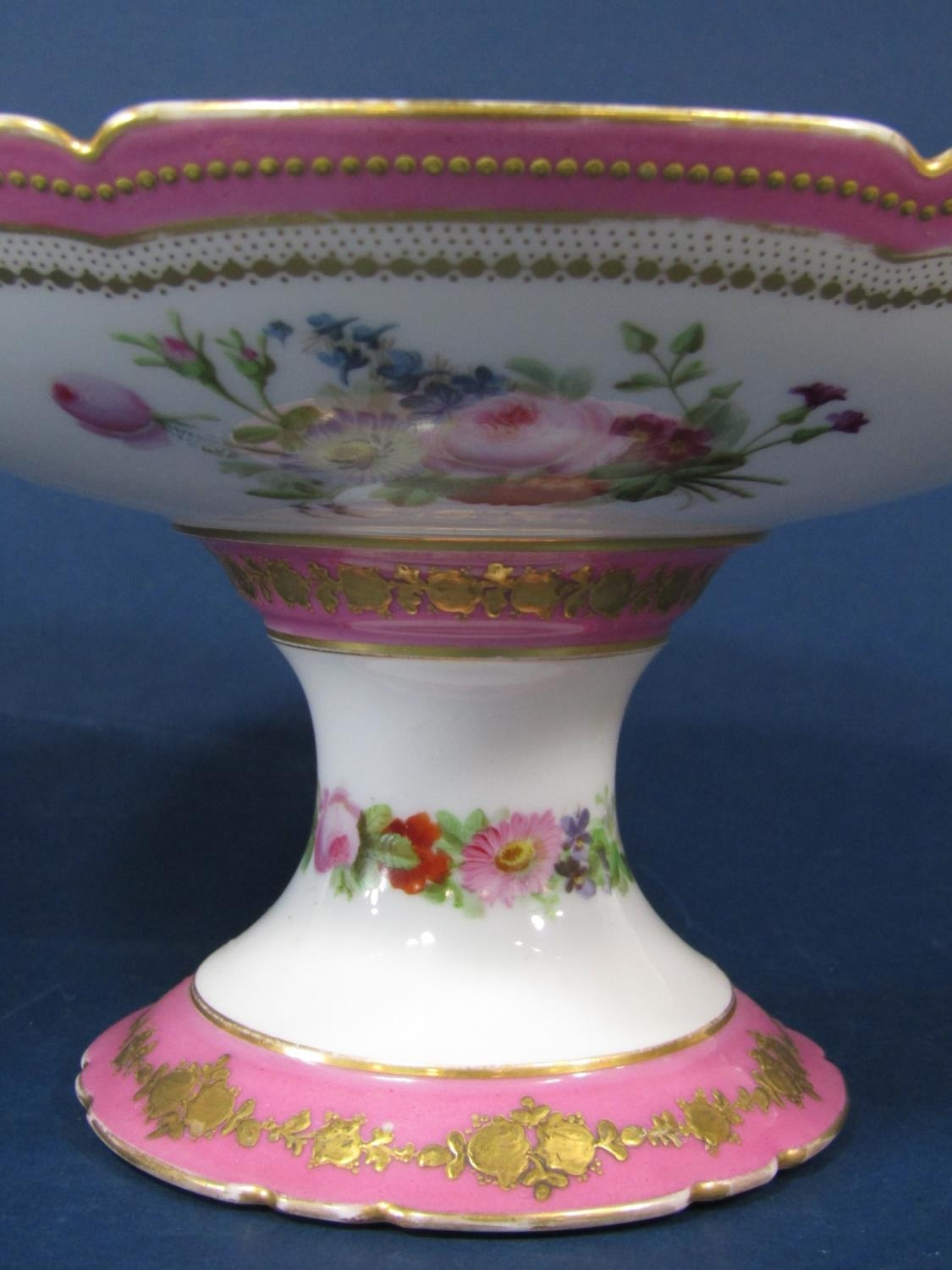 A matched pair of 19th century pink ground comports, one with reserved painted panels of chateaux, - Bild 4 aus 4