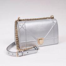 Christian Dior. Diorama Clutch Silber.