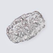 Diamant-Brosche. 18 kt. WG. Art-déco Stil mit 36 kl. Diam. im Rosen-, Alt- und Brillantschliff