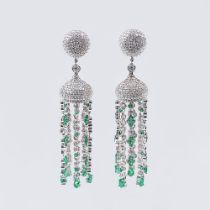 Paar Brillant-Smaragd Ohrchandeliers. 18 kt. WG. Hochkarätiger Besatz von 830 pavé- und