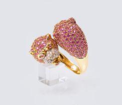 Pink-Saphir Ring 'Panther'. 18 kt. GG mit WG, gest. Gegabelte Ringschiene mit doppeltem Panther-