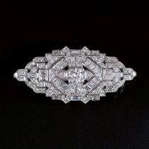 Art-déco Diamant-Brosche. Um 1920/25. 18 kt. WG. Reicher Besatz mit 105 weißen Diam. im Brillant-,