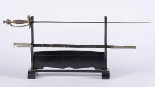 France: Epée de courÉpée de cour. Fusée entièrement filigranée. Monture en laiton. Pommeau couronné.