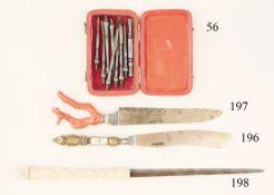 Zahnbesteck für einen Feldscher, um 1800Neunteilig. Im Reiseetui. Selten. 8 x 5 cm. Zustan