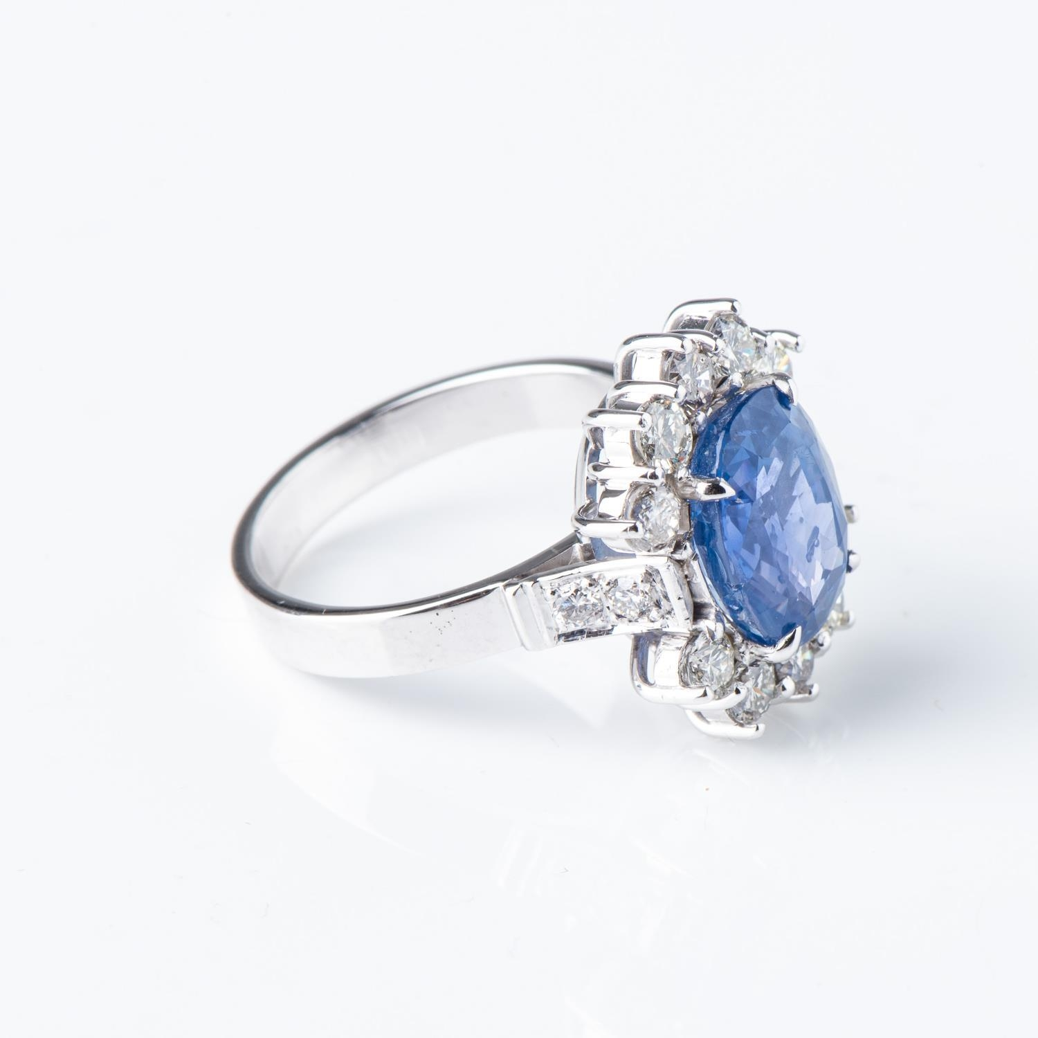 A SAPPHIRE AND DIAMOND RING - Image 2 of 3