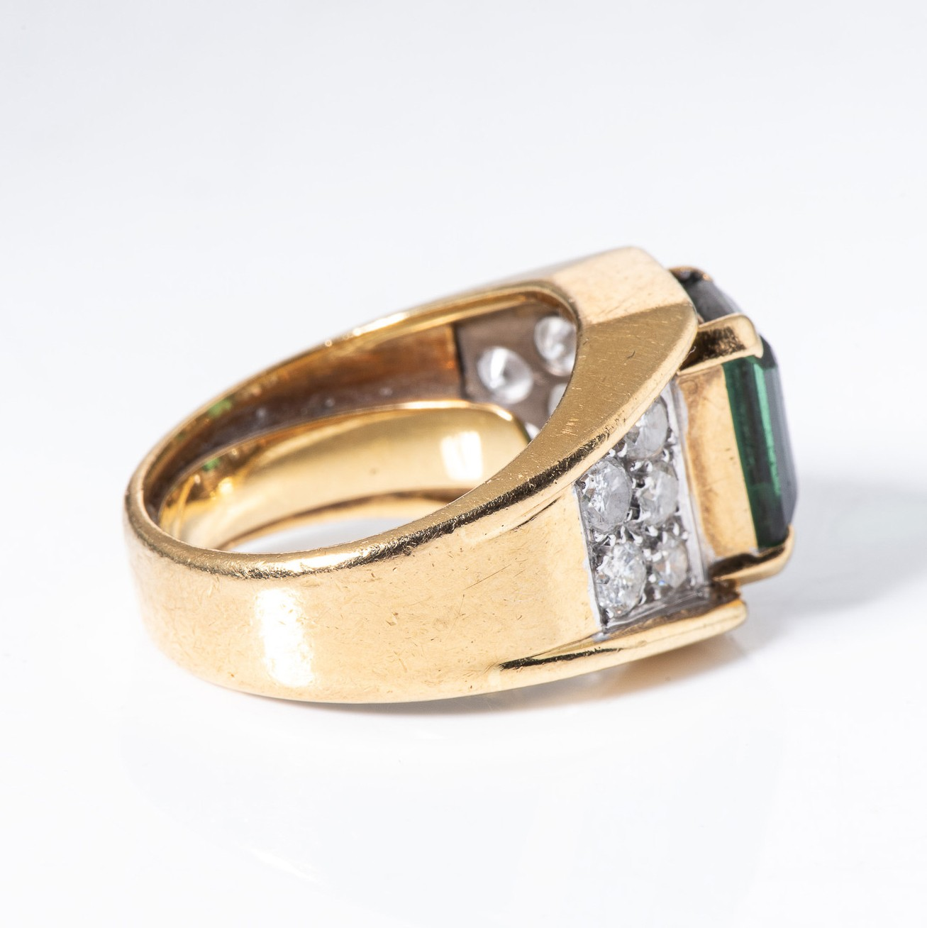 A GREEN TOURMALINE AND DIAMOND RING - Image 3 of 4