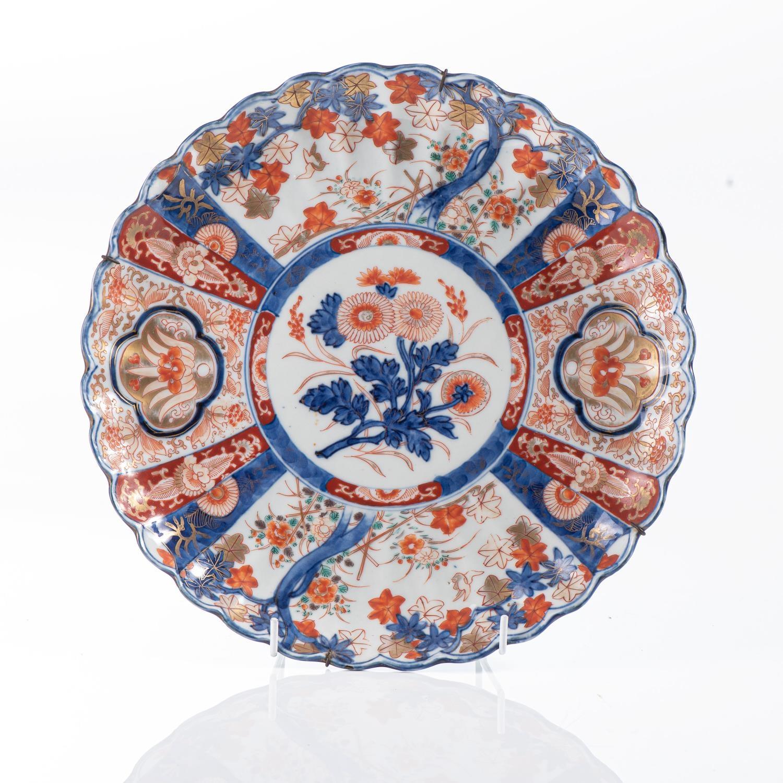 A JAPANESE IMARI ?CHRYSANTHEMUM? PLATE, MEIJI PERIOD, 1868 ? 1912