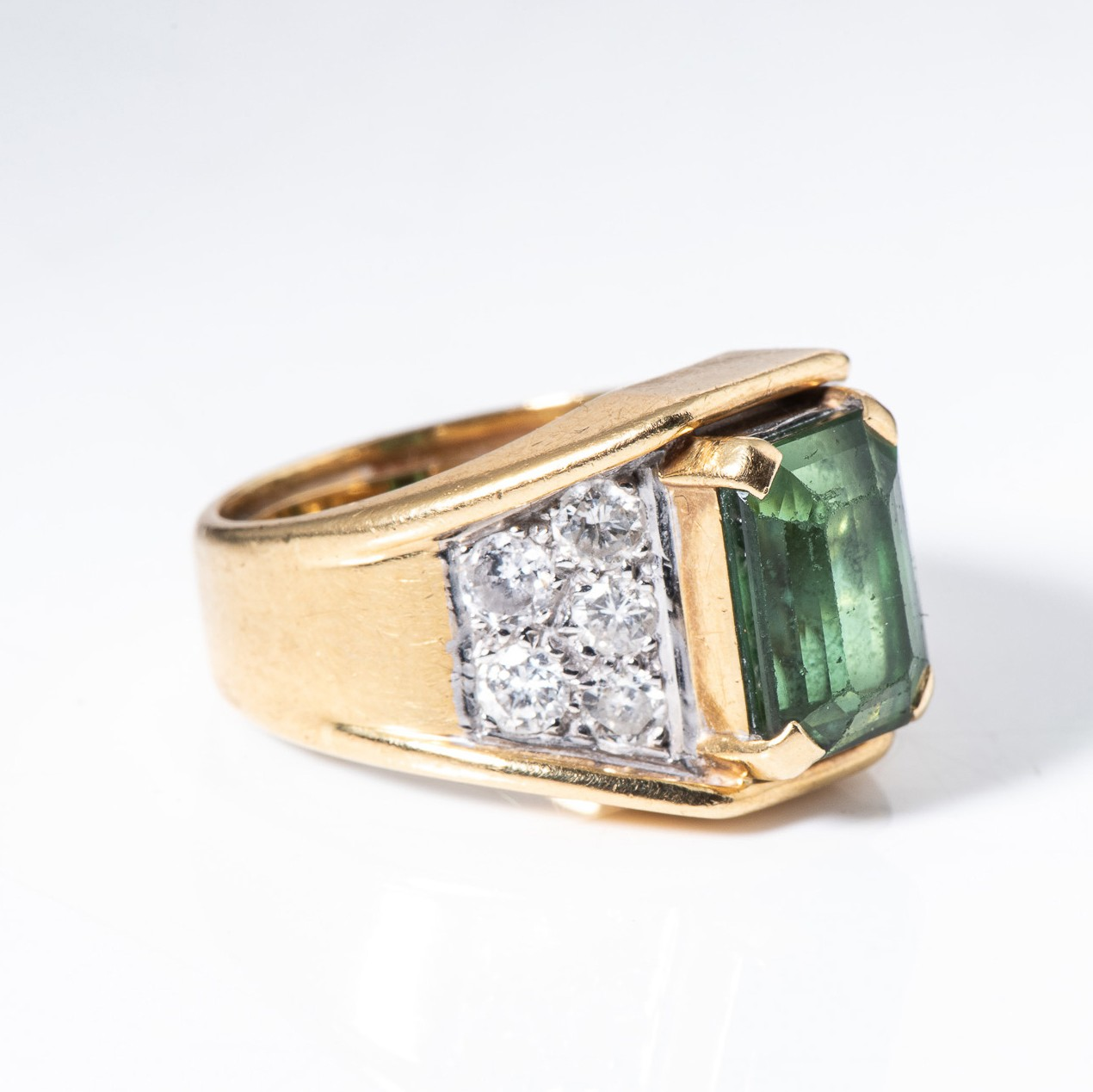 A GREEN TOURMALINE AND DIAMOND RING - Image 2 of 4