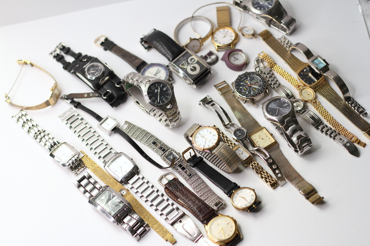 *TO BE SOLD WITHOUT RESERVE* A LARGE QUANTITY OF WATCHES (27) INCLUDING GUCCI , ARMARNI, ROTARY - Image 2 of 5