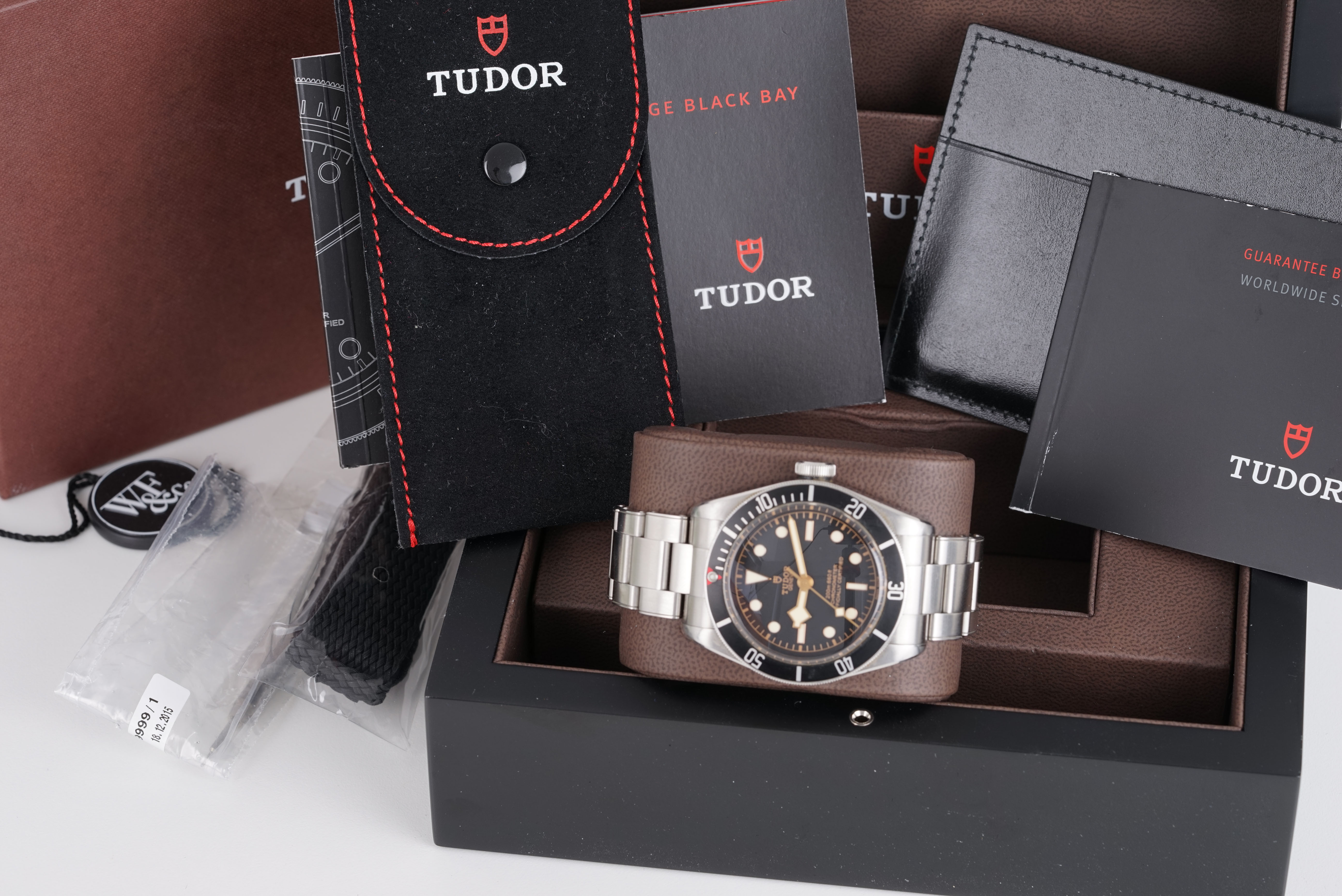 GENTLEMENS TUDOR HERITAGE BLACK BAY WRISTWATCH W/ BOX BOOKLETS & PARTS, circular black dial with dot - Image 2 of 4