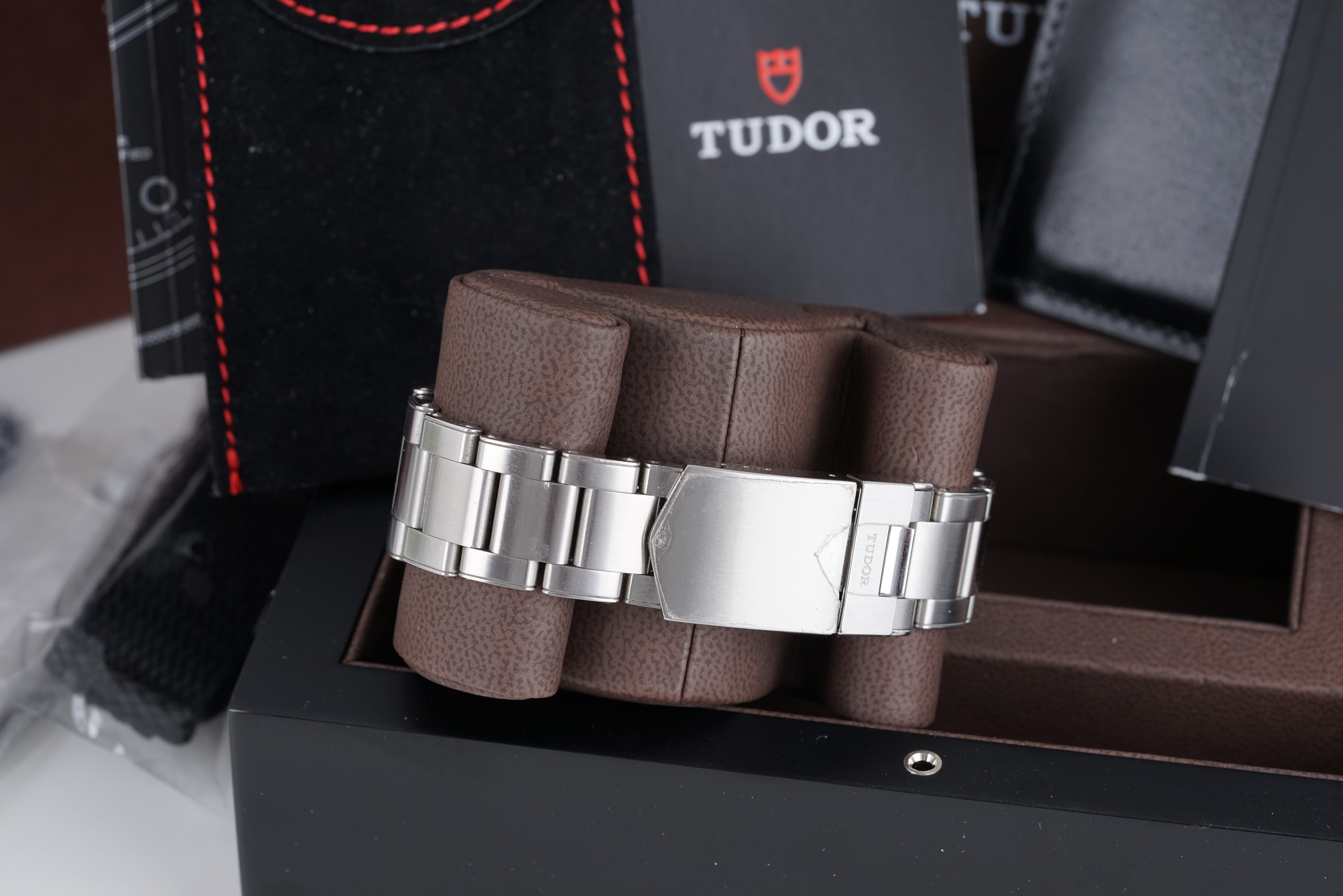 GENTLEMENS TUDOR HERITAGE BLACK BAY WRISTWATCH W/ BOX BOOKLETS & PARTS, circular black dial with dot - Image 4 of 4