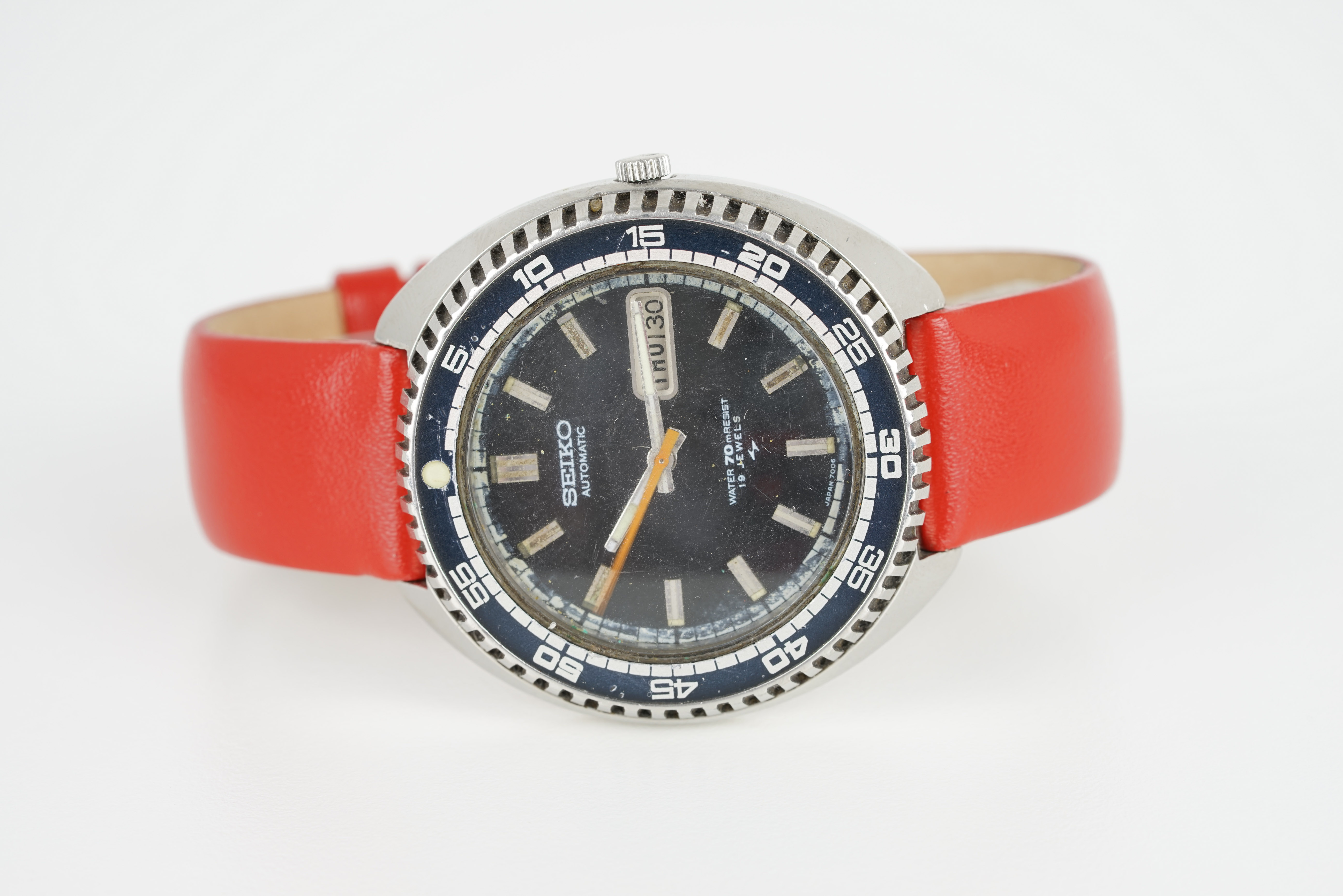GENTLEMENS SEIKO AUTOMATIC DAY DATE DIVERS WRISTWATCH REF. 7006-8030, circular black dial with block