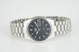 GENTLEMENS SEIKO 5 DAY DATE WRISTWATCH REF. 7009-6000, circular black dial with hour markers and