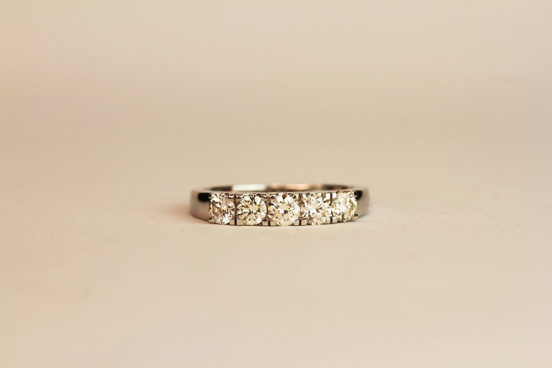 18ct white gold 5-stone diamond ring. Round brilliant cut diamonds 0.75ct. approximately colour,