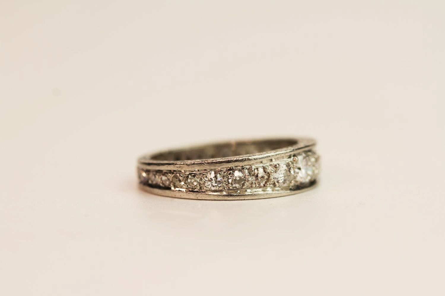 1930s Graduated Diamond Ring, detailing to the sid - Image 2 of 3