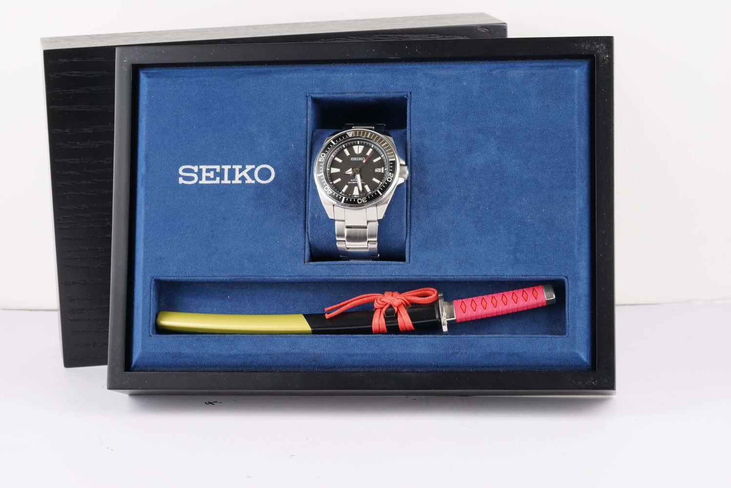 GENTLEMENS SEIKO SAMURAI AUTOMATIC WRISTWATCH W/ BOX & LETTER KNIFE, circular black waffle dial with - Image 2 of 2