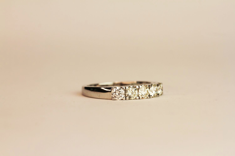 18ct white gold 5-stone diamond ring. Round brilliant cut diamonds 0.75ct. approximately colour, - Image 2 of 3