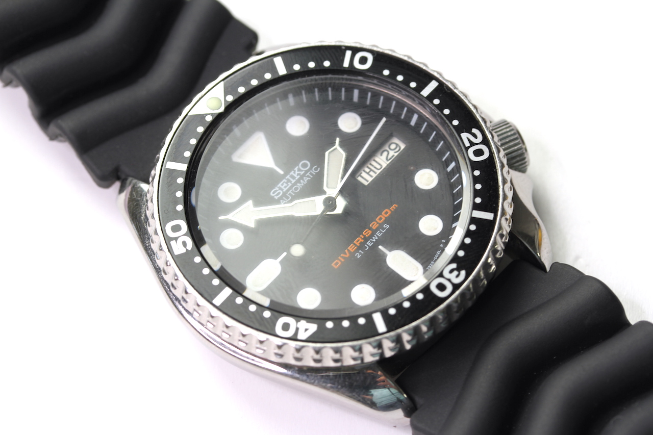 SEIKO DIVERS AUTOMATIC WATCH 'SKX' REFERENCE 7S26-0020 AO, circular black dial with dot hour