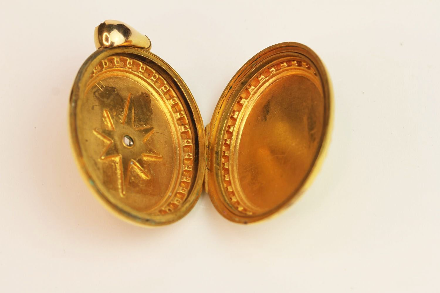15ct Gold Oval Locket, centre diamond to front, on - Image 3 of 3