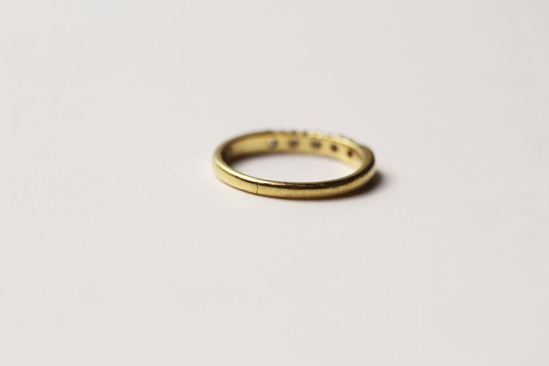 5 Stone Diamond Ring, 5 round brilliant cut diamonds bar set, stamped 18ct yellow gold, ring size - Image 2 of 2
