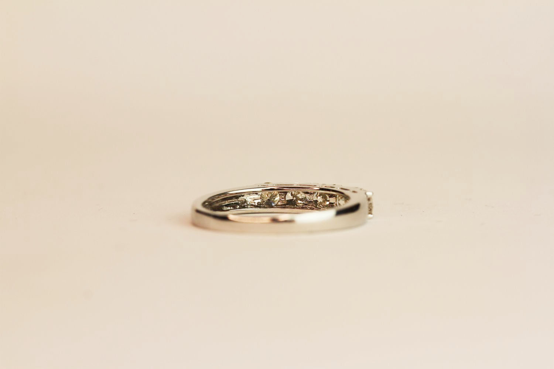 18ct white gold 5-stone diamond ring. Round brilliant cut diamonds 0.75ct. approximately colour, - Image 3 of 3