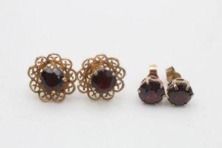 2 x 9ct gold vintage paired garnet stud earrings (4.7g)