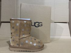 (NO VAT) 3 x NEW BOXED PAIRS OF CHESTNUT UGG BOOTS. SIZE INFANT 7