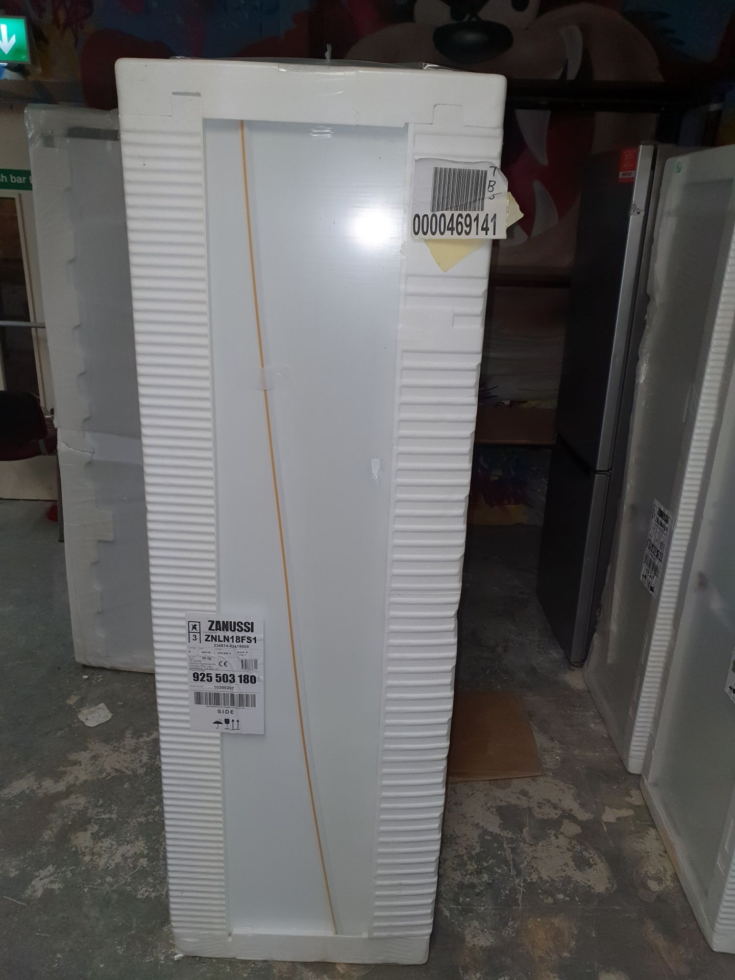 NEW/GRADED AND UNPACKAGED Zanussi ZBB28441SV Integrated 70/30 Fridge Freezer (Brand new slight