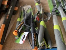 MIXED GARDEN LOT 7 ITEMS TO INCKLUDE FISKARS CULTIVATOR, VERVE LAWN DEEP ROOT WEEDER ETC