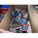 100 MIXED ITEMS TO INCLUDE STAPLE PACKS, EDDING MARKER PENS ETC