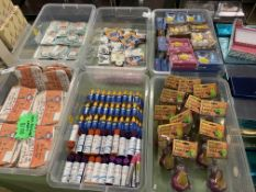 6 TRAYS TO INCLUDE WATER BOMBS, PURSES, HAND SANITISER, TRAVEL KITS ETC APPROX 250 ITEMS