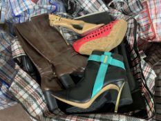 30 X PAIRS OF UNBOXED SHOES/BOOTS IN VARIOUS STYLES AND SIZES