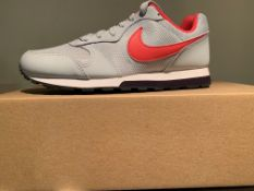 NEW & BOXED NIKE TRAINERS SIZE JUNIOR 4 (89 UPSTAIRS)