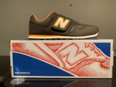 NEW & BOXED NEW BALANCE TRAINERS SIZE JUNIOR 5 (151 UPSTAIRS)