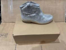 1 X NEW & BOXED SILVER BOOTS JC633607 SIZE JUNIOR 3 (102/28)