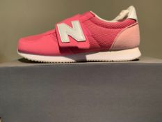 NEW & BOXED NEW BALANCE TRAINERS SIZE JUNIOR 2 (107 UPSTAIRS)