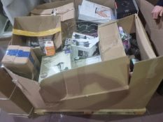 (J17) PALLET TO CONTAIN A LARGE QTY OF VARIOUS ITEMS TO INCLUDE BLOOMA SOLAR LIGHTS, BLUTOOTH
