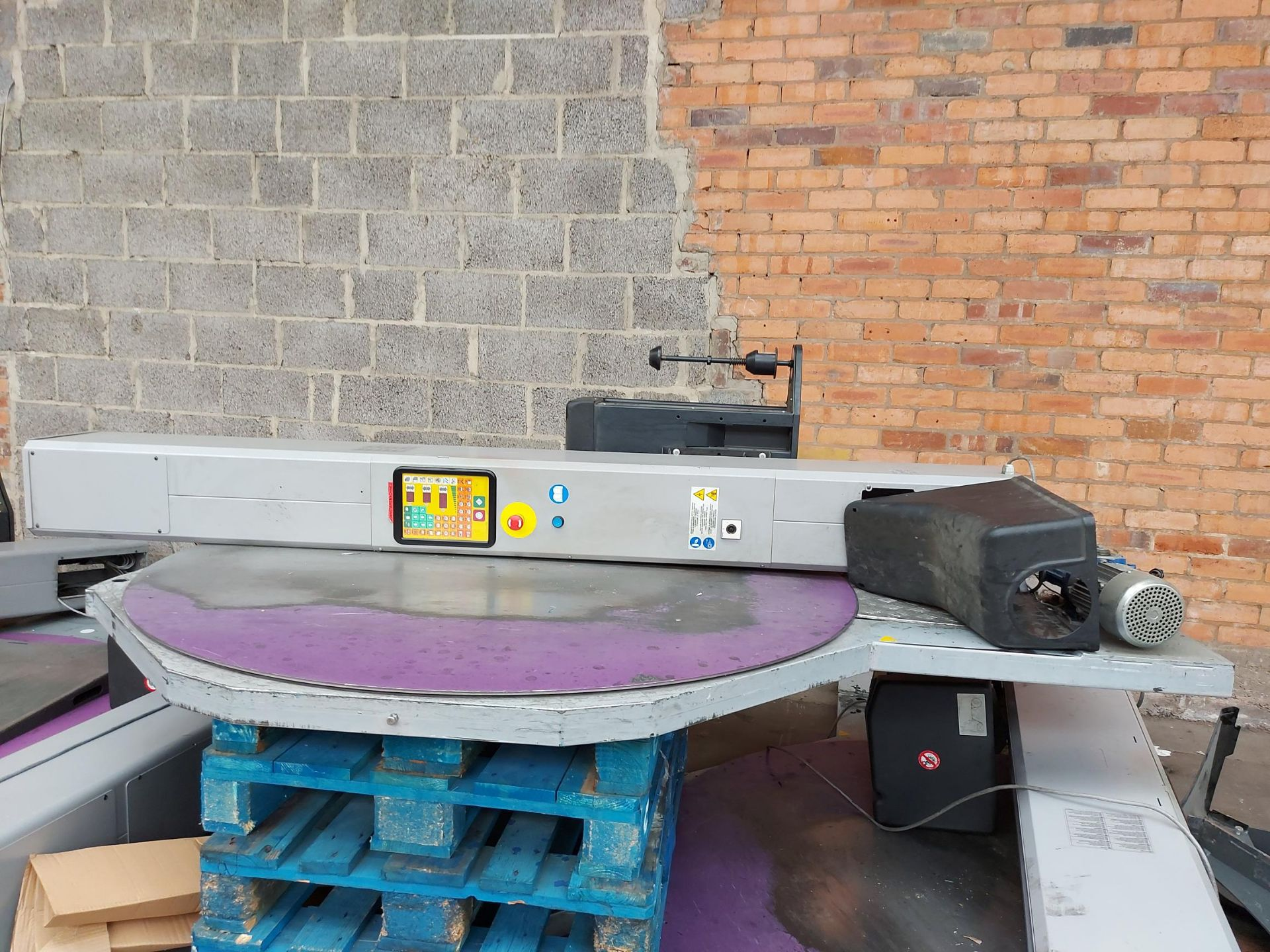 2016 ATLANTA FULL 115 DYNAMIC HIGHLINE TURNTABLE PALLET WRAPPING MACHINE WITH RAMP. 2.4M MAST - Image 4 of 5