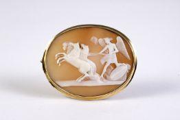 Broche camafeo en oro con representación de Cupido con caballos.