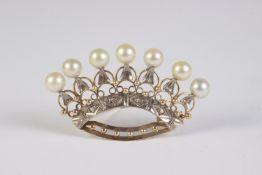 Broche en forma de corona en oro y platino con diamantes talla rosa y perlas cultivadas.