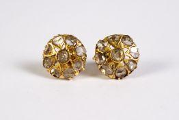 Pendientes rosetón isabelinos en oro y diamantes talla rosa.